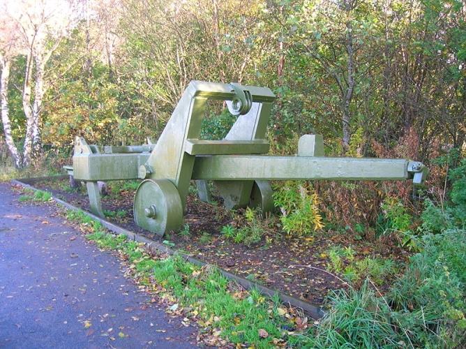 Alarm Cromwell – opowieść o sile plotki w czasie wojny – Jeden z pługów, za pomocą których w razie inwazji Brytyjczycy mieli niszczyć pasy startowe i linie kolejowe.