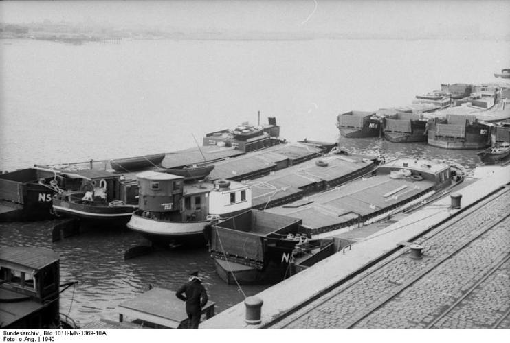 """Promy i barki zgromadzone w Wilhelmshaven przed planowaną operacją """"Lew Morski""""."""