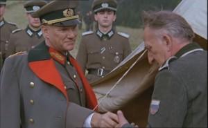 """Malcolm McDowell (z lewej) jako Borys Smysłowski-Holmston w filmie """"Wiatr ze Wschodu""""."""