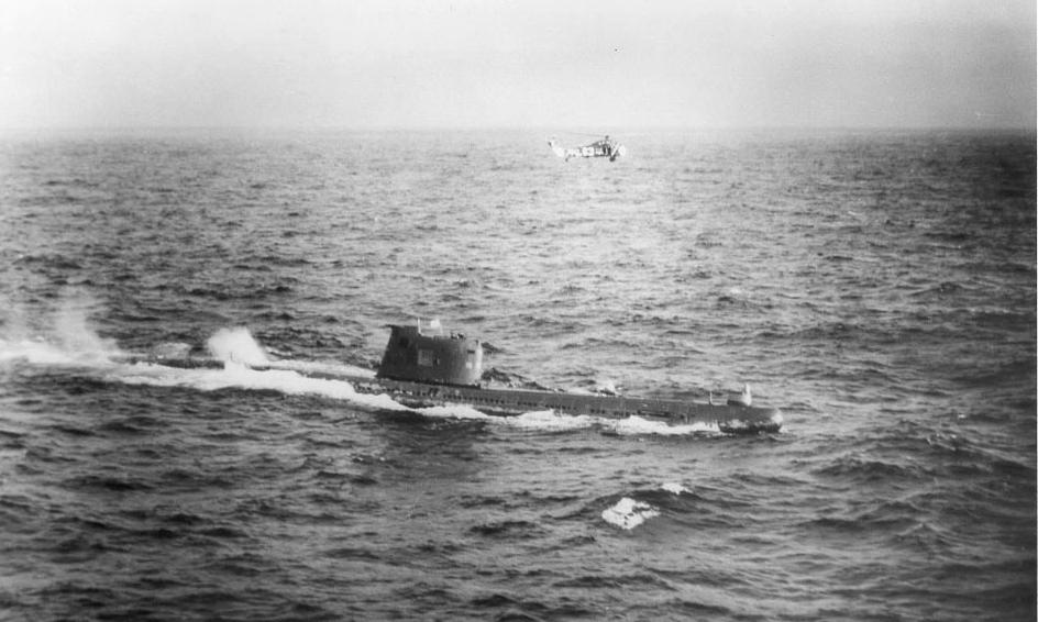 Radziecki okręt podwodny B-59 zmuszony do wynurzenia się przez US Navy w pobliżu Kuby. Nad okrętem unosi się amerykański śmigłowiec. U.S. National Archives, Still Pictures Branch, Record Group 428, Item 428-N-711200