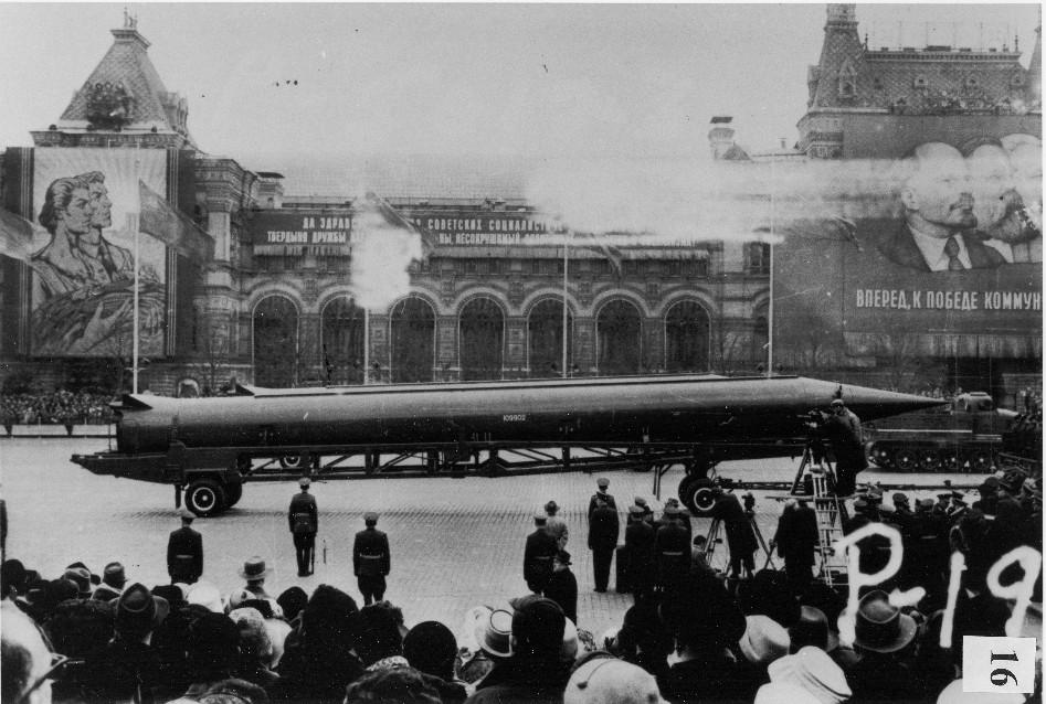 Pocisk rakietowy R-12 prezentowany na paradzie w Moskwie. National Security Archive