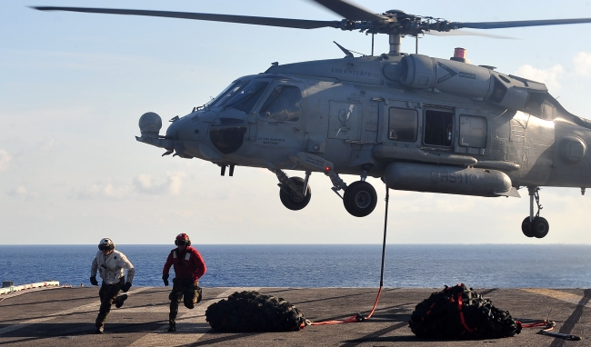 Nie można też zapomnieć o śmigłowcach. Na zdjęciu HH-60H Sea Hawk ze Śmigłowcowej Eskadry ZOP HS 11 tym razem w roli transportowej. U.S. Navy/Mass Communication Specialist 3rd Class Michael L. Croft
